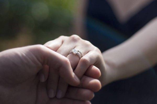 معنای انگشتر در انگشت حلقه