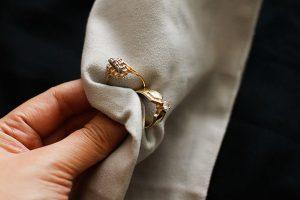 نحوه از بین بردن خراش طلا و جواهرات