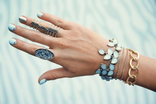 ست کردن دستبند با رنگ پوست گرم