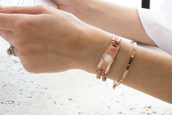 ست کردن دستبند با رنگ پوست