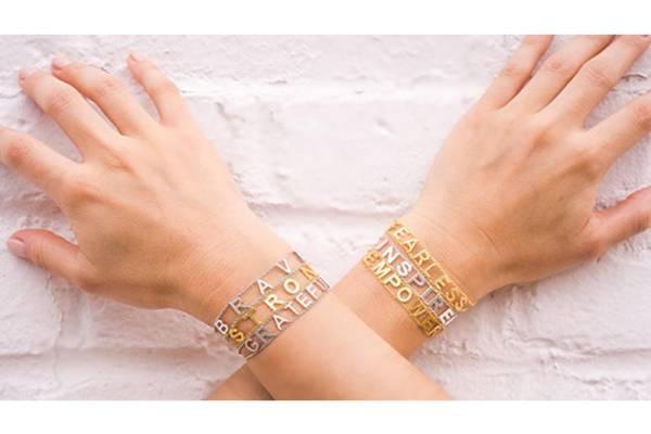 ست کردن چند دستبند طلا با هم