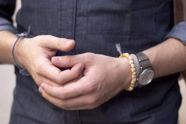 دستبند را به دست راست ببندیم یا چپ؟