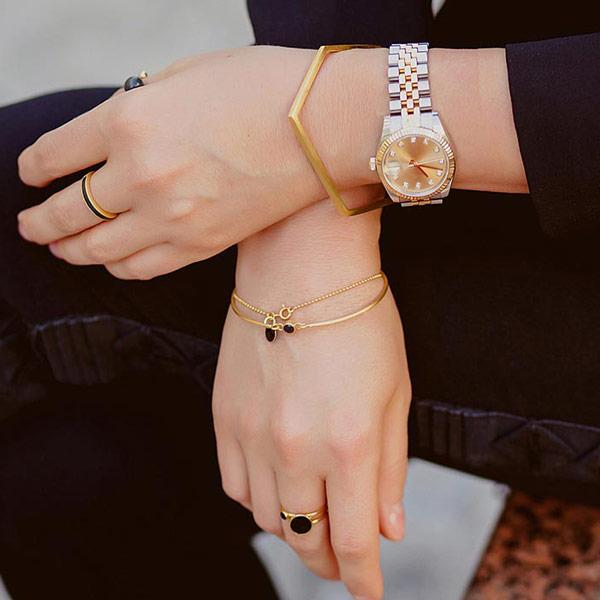 دستبند را به کدام دست باید بست؟